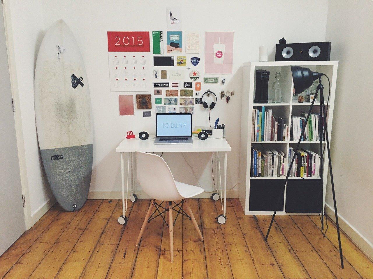 Chambre avec bureau aménagée