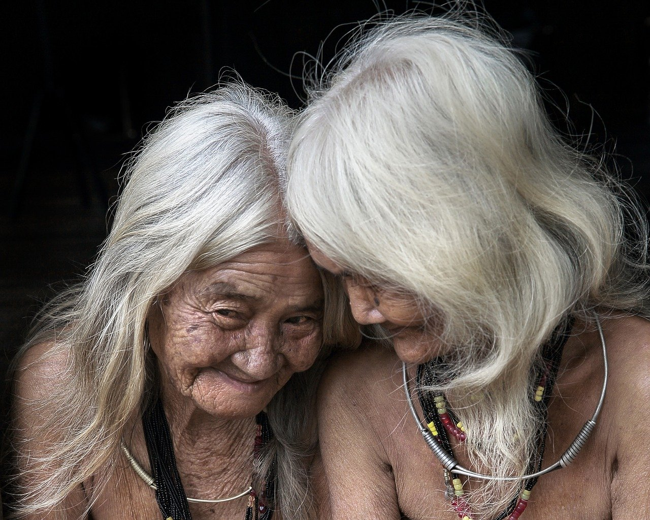 Deux magnifiques femme âgée aux cheveux blanc