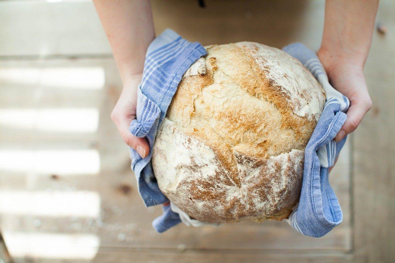 Femme tenant pain chaud dans les mains