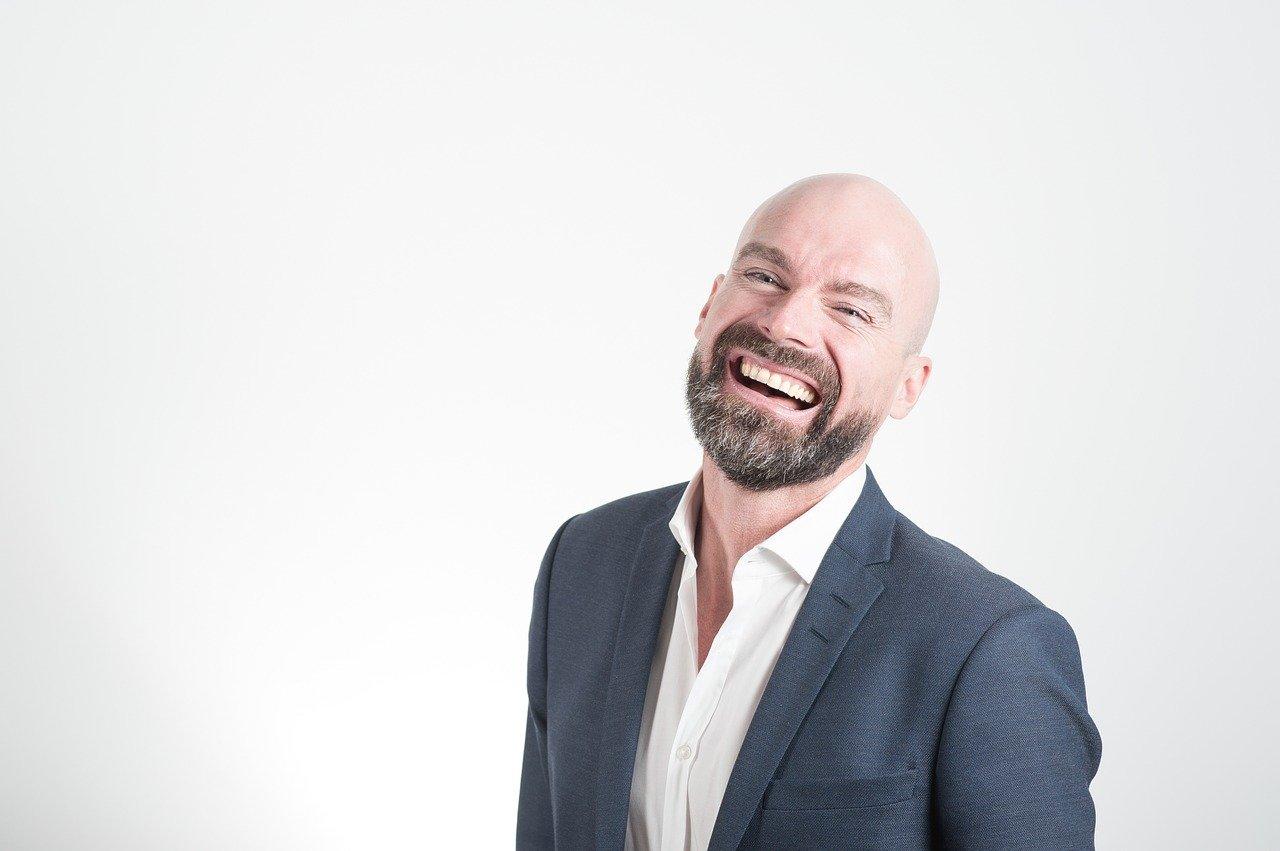 Entrepreneur heureux en costume