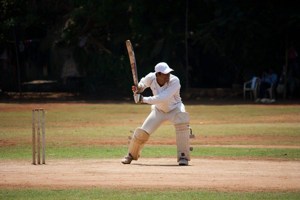 joueur de cricket sur terrain