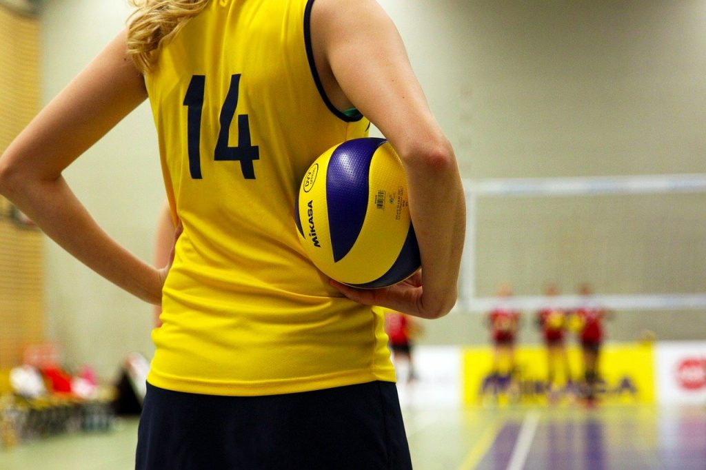 Joueuse de volley tenant son ballon avant de servir