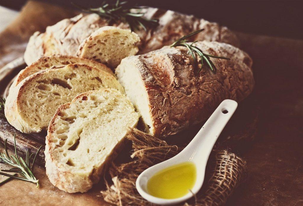 Pain cuit accompagné d'huile d'olive