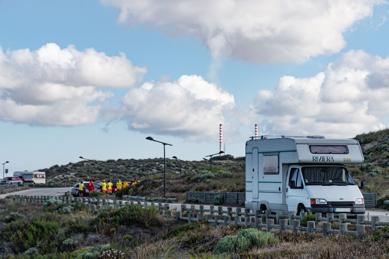 Camping car blanc sur la route