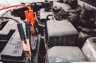 Câbles branchées sur une batterie de voiture en panne