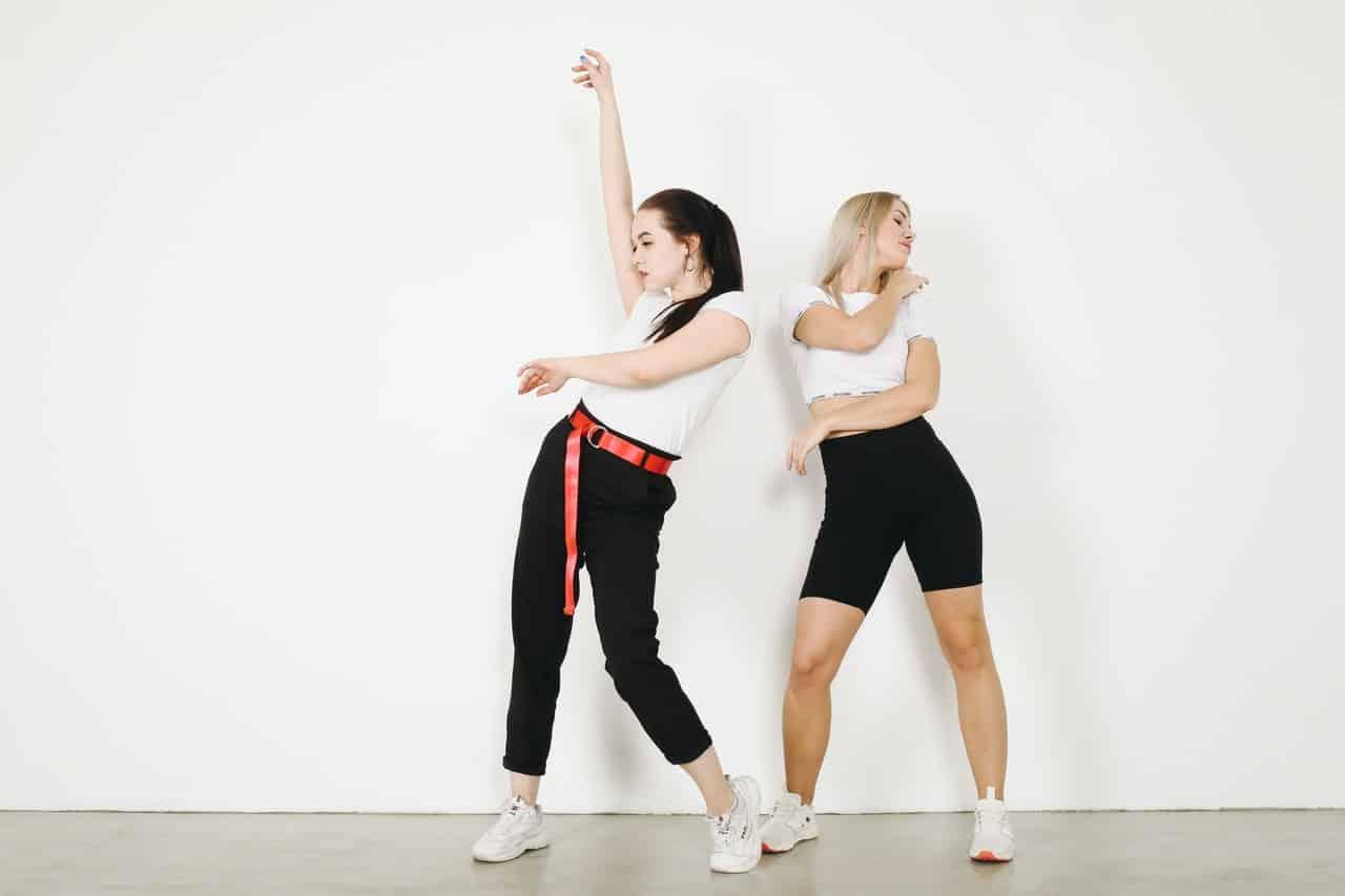 Deux femmes heureuses dansant, amie