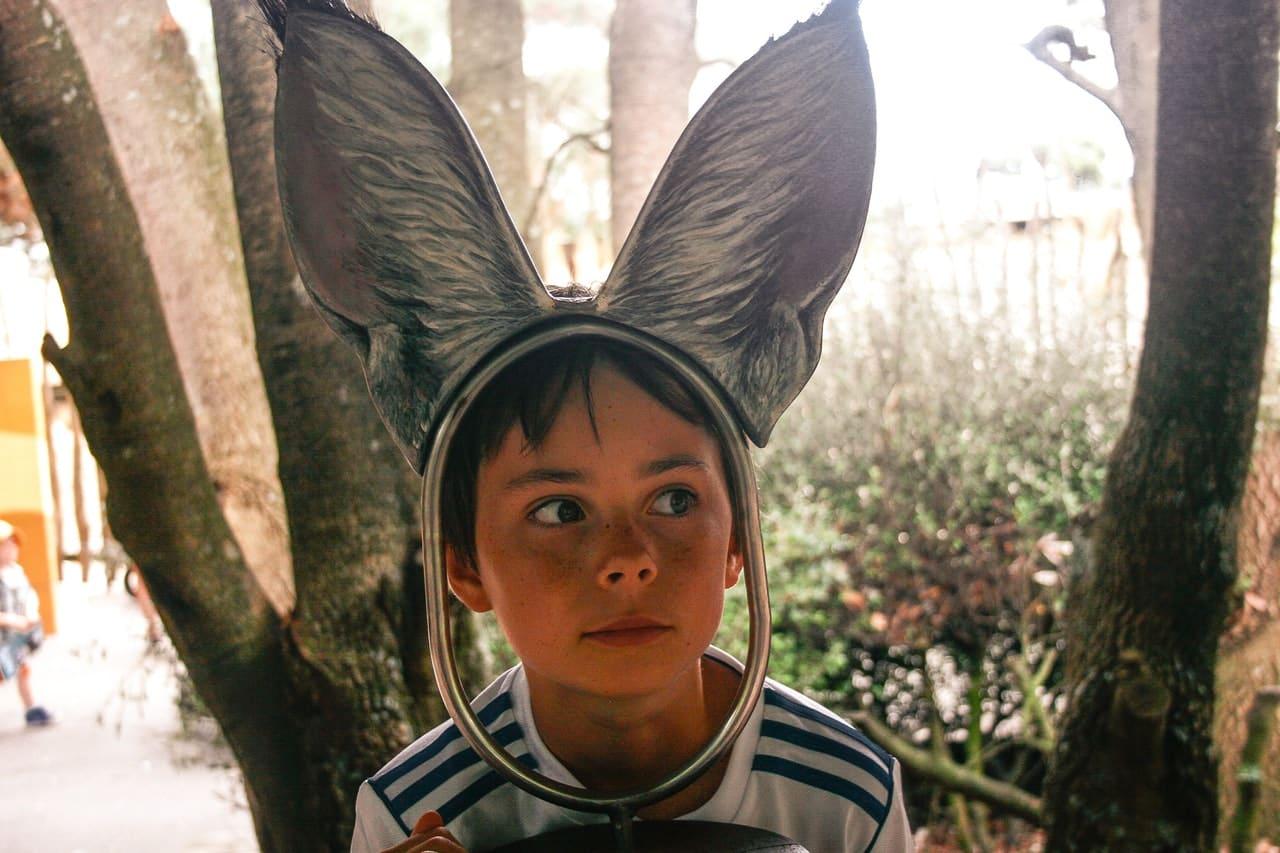 Enfant portant un serre tête avec de grandes oreilles