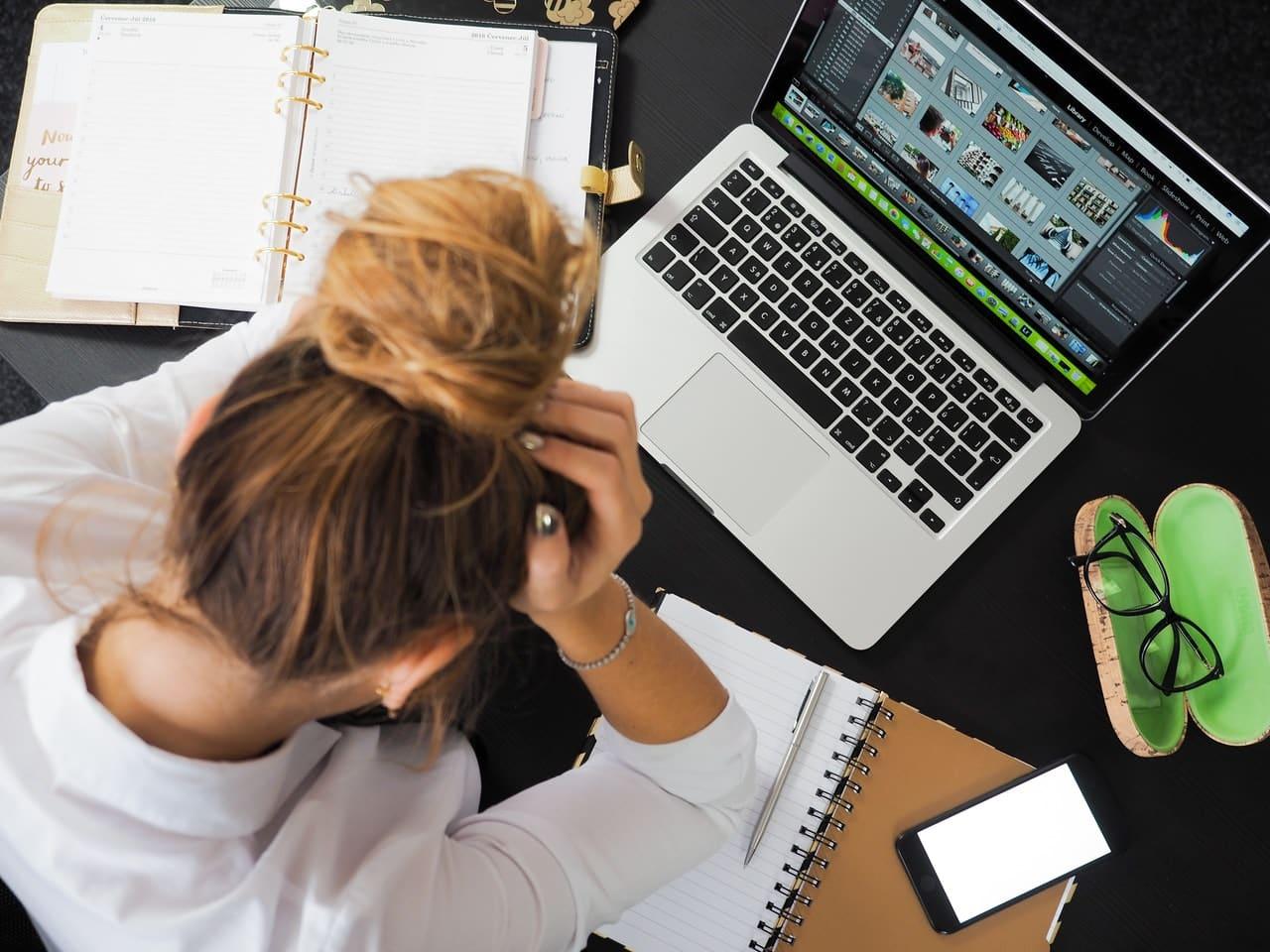 Femme énerver, désespérer, travaillant dur