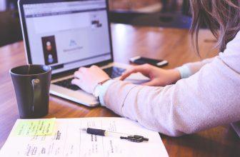 Femme travaillant sur un projet professionnel sur son ordinateur