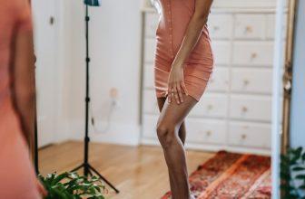 Femme fine portant une robe mis longue