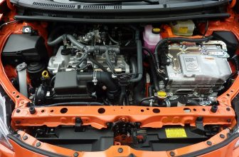 Intérieur d'une voiture capot ouvert, moteur, batterie et autres