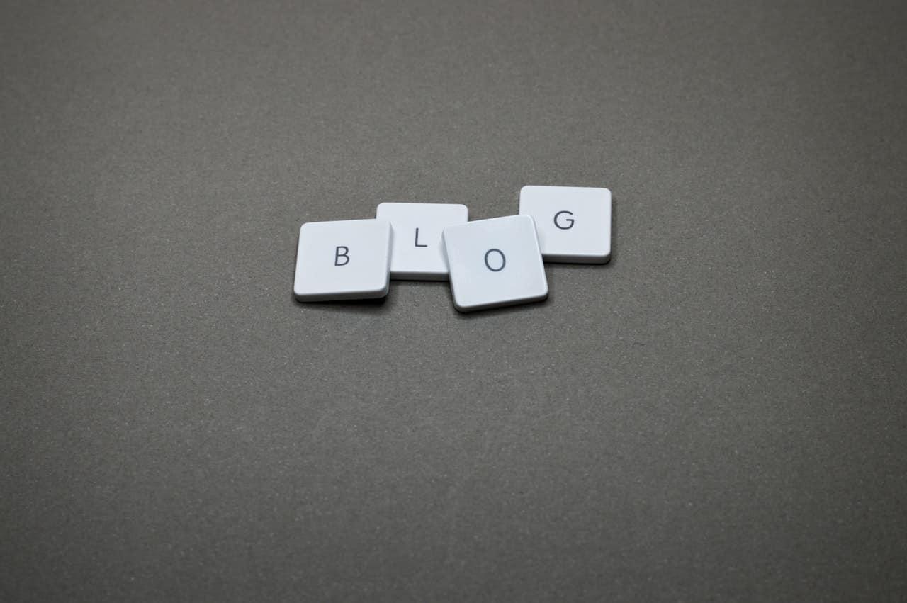 Lettres scrabble formant le mot blog