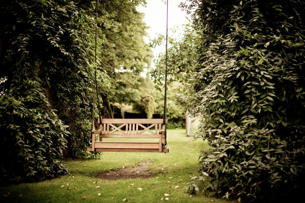 Balancelle de jardin en bois suspendu