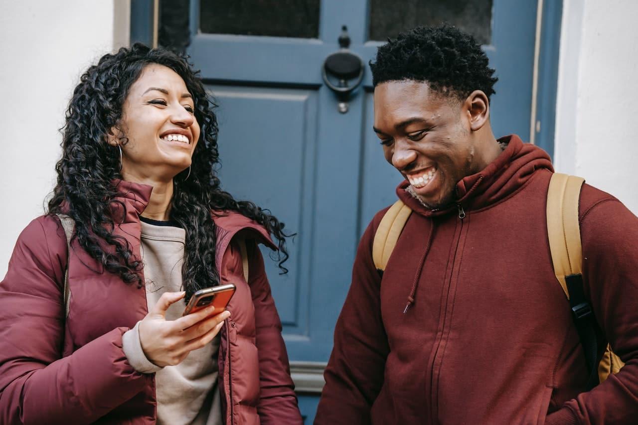 Homme femme discutant et souriant, rencontre