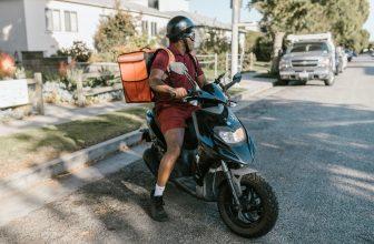 Coursier, livreur en scooter