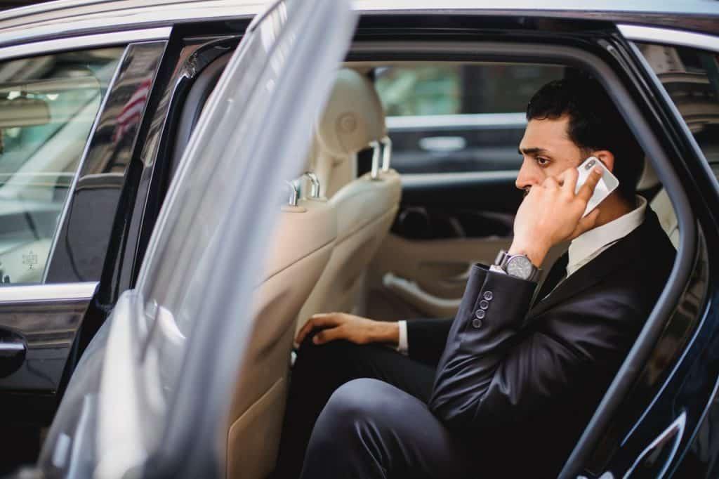 Homme assis dans une voiture au téléphone