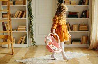 Petite fille portant un poupon