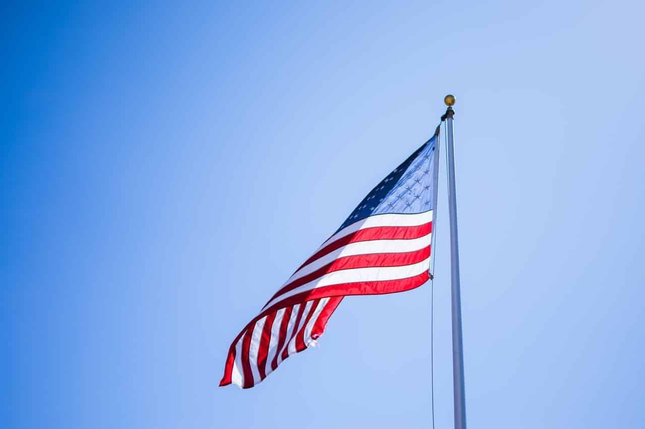 Drapeau américain flottant dans les aires