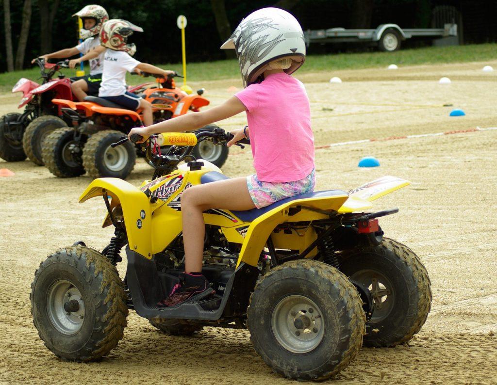 Petite fille faisant du quad
