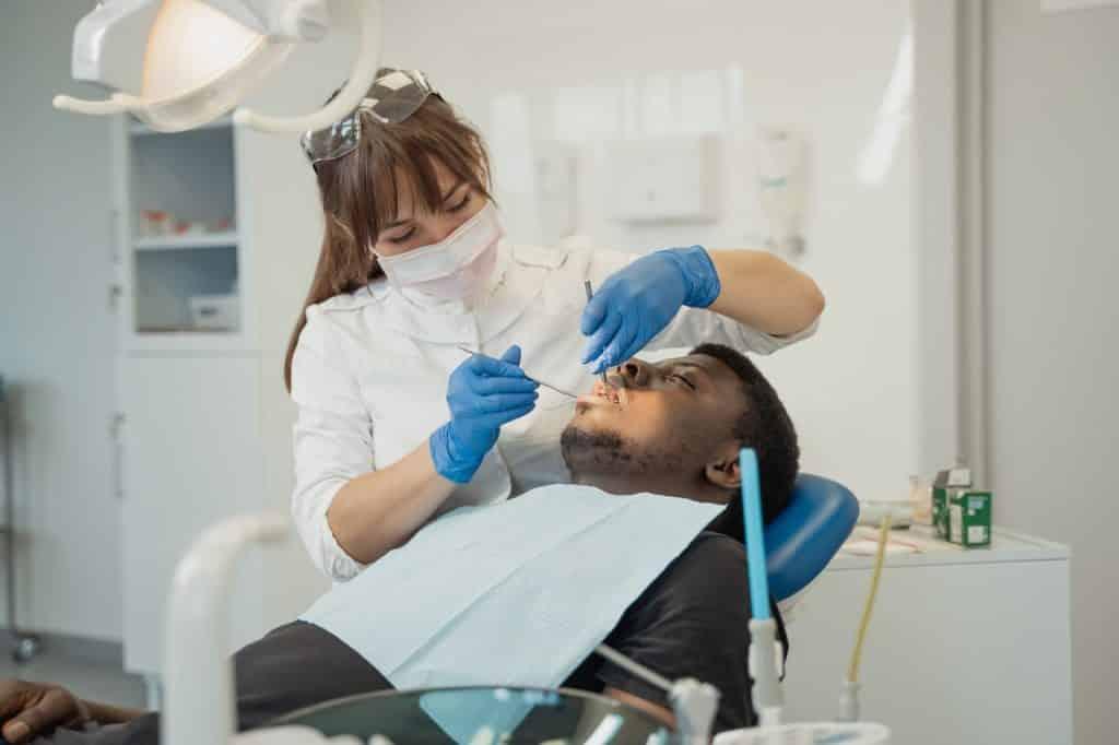 Femme dentiste et son patient