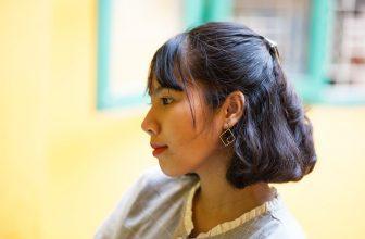 Femme avec des boucles d'oreilles