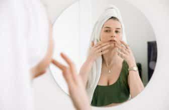 Femme qui prend soins de son visage