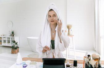 Femme qui soigne son visage