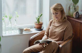 Femme en maison de retraite