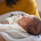Maman portant son nouveau né